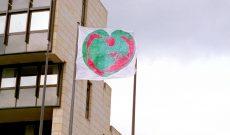 Wünsche und Warnungen im Wind, Flaggen-Installation, Düsseldorf, 1996. Hier: Herz (am Landtag NRW)