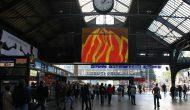 Flag Metamorphoses, Animationen aus der partizipativen Serie, auf LED-Videoboard, zwischen Nachrichten und Werbung, Zürich Hauptbahnhof, 2006