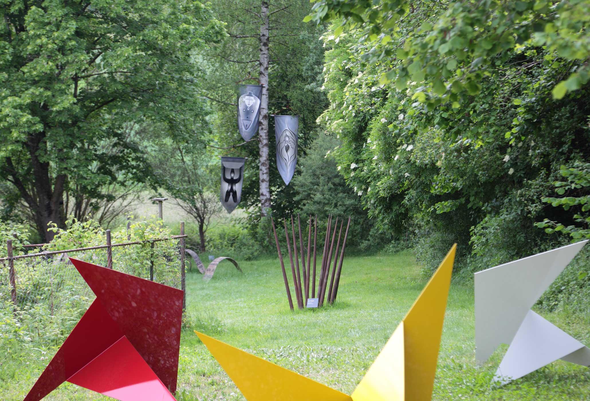 Global Vulva Flags (2014) in der Ausstellung 'Yesterday - Tomorrow', Kulturort Weiertal, Winterthur, CH, 2014.