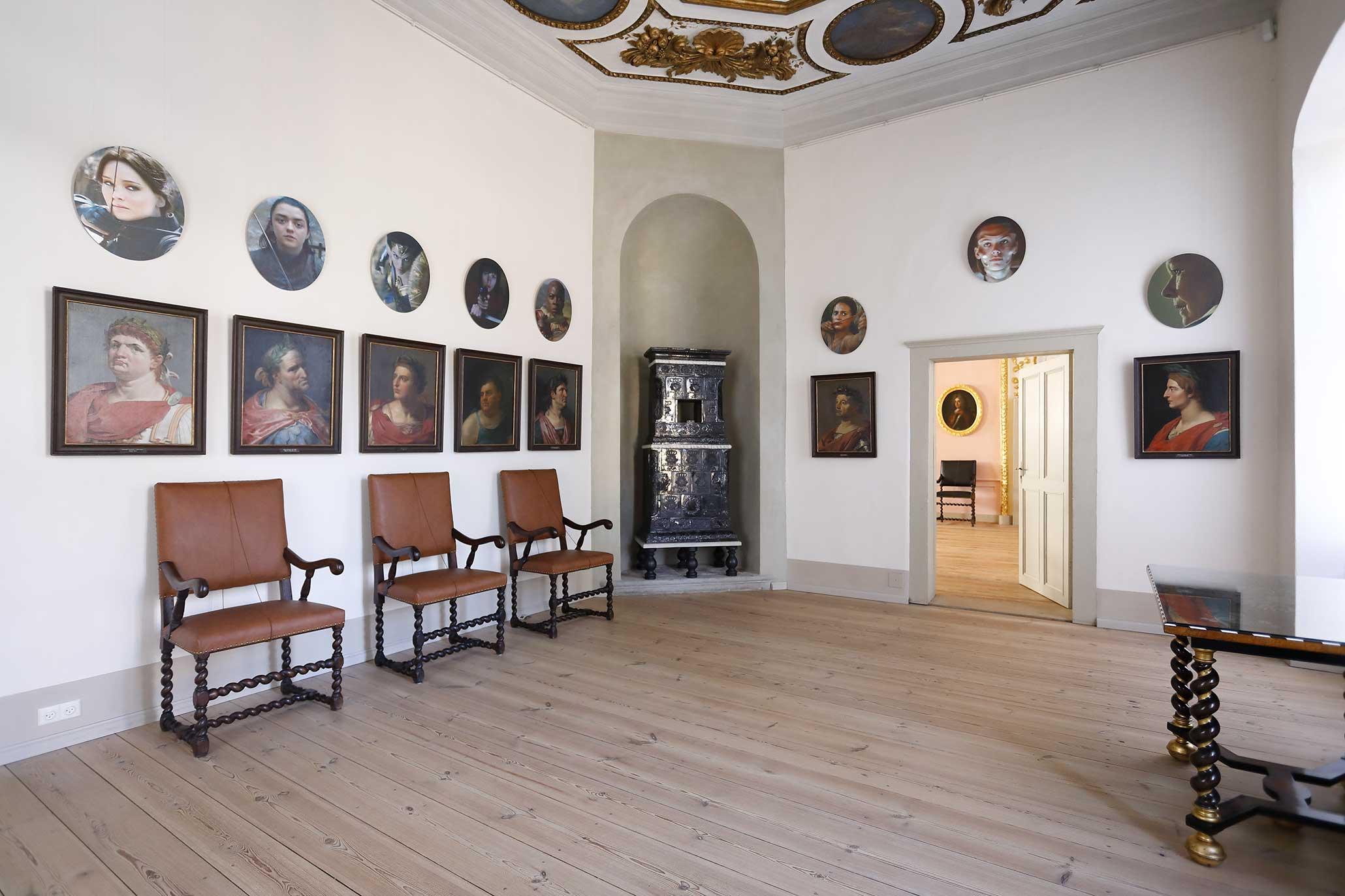 B.A.R.O.C.K., Schloss Caputh, 2019.  GALERIE DER STARKEN FRAUEN (über der Imperatoren-Galerie im Vorgemach des Kurfürsten) 2018, Portrait-Serie, 19 bearbeitete Standbilder aus Spielfilmen, UV-Direktdruck auf ovale AluDiBond-Platten, je 55 x 45 cm.