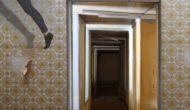 """Rapiebar (2021), Videostill. Arbeit von Myriam Thyes und Maria Anna Dewes in der Ausstellung """"Doppelzimmer"""", Gruppenausstellung, Hugenottenhaus, Kassel, 16. Juli - 26. September 2021."""