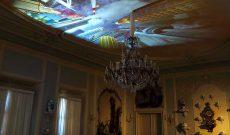 Myriam Thyes, After Tiepolo, Deckenprojektion, Gruppenausstellung Artists' Conquest, Schloss Pillnitz, Dresden, 2021. Scherben-Installation: Luzia Simons