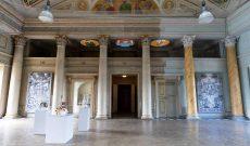 Artists' Conquest, Schloss Pillnitz, Dresden, 2021. Kuppelsaal mit Werken von Margret Eicher, Rebecca Stevenson, Myriam Thyes.